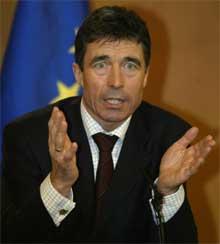 MYE Å TENKE PÅ: Statsminister Fogh Rasmussen har fått store problemer på grunn av en bunke tegninger han selv ikke likte. (Foto; Reuters/Scanpix)