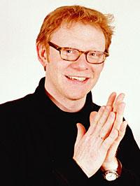 Olav Viksmo Slettan trår til med julehjelpen. (Foto: NRK/Jens Sølvberg)