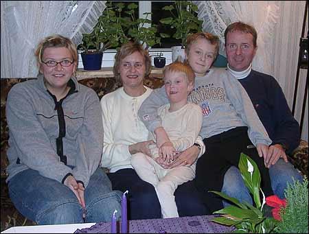Frå venstre: Au pair Jessica Wiland frå Tyskland, May Britt Klepp Brekke, Arne Martin (8), Jan Marius (10) og Ole Anton Brekke
