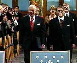 Carter ankommer sammen med Stålsett. Foto: NRK