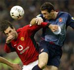 Martin Keown og Ruud van Nistelrooy i hard kamp.