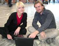 Kari Asheim og Jason Eckhoff hjelper deg med reisekjøp på nett.