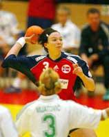 Katja Nyberg i kamp med Slovenias Branka Mijatovic. (Foto: Morten Holm / SCANPIX)
