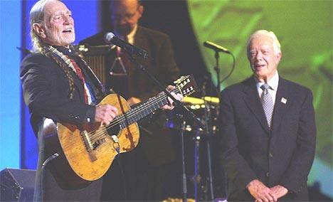 Willie Nelson ( til venstre) og Jimmy Carter på scenen under Nobels fredspriskonsert i Oslo Spektrum onsdag kveld. Foto: Erlend Aas / SCANPIX.