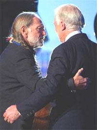 """– Det er viktig at artister, som Willie, lar sannheten komme fram på verdens scener og lerreter, sa Carter, før Nelson kvitterte med klassikeren """"Georgia On My Mind"""". Foto: AP Photo / Dave Caulkin."""