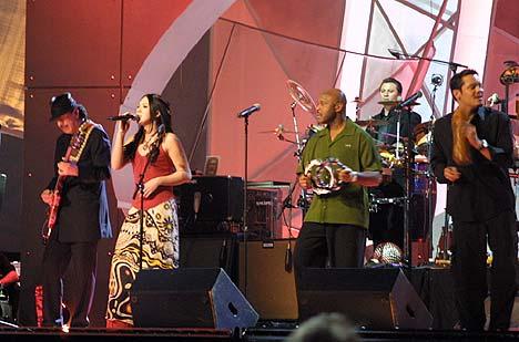 Michelle Branch og Santana tok tak i publikum, men da var det for seint. Foto: Tone Donald, NRK.