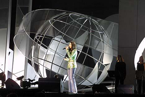 Du skal være trygg på deg selv som artist for å fylle den store Nobelkonsert-scenen. Italienske Laura Pausini klarte aldri oppgaven. Foto: Tone Donald, NRK.