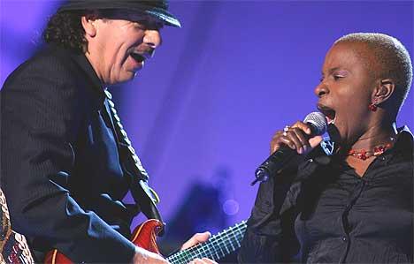 Angélique Kidjo, her på scenen under Nobelkonserten sammen med Carlos Santana, kommer tilbake til Norge i midten av januar for egen turné. Foto: Knut Fjeldstad / SCANPIX.