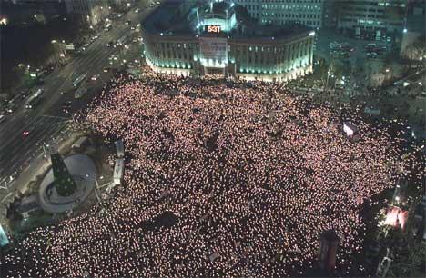 Demonstrantene tente lys for å minnes skolejentene (REUTERS/Lee Jae-Won )