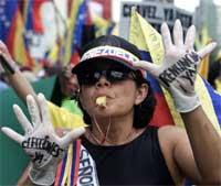 """""""Valg"""" og """"Gå av nå"""" står det på hanskene til denne demonstranten (REUTERS/Chico Sanchez)"""
