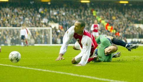 Tottenham-keeper Kasey Keller feller Thierry Henry og gir Arsenal straffespart. (Foto: Peter Macdiarmi/reuters)