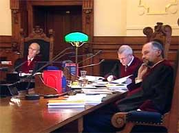Fem høyesterettsdommere skal avgjøre anken. (Foto: NRK)