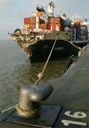 "Lasteskipet ""Kariba"" har kome seg til hamn i Belgia. (Foto: Yves Herman, Reuters)"