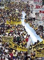 Tusenvis av demonstranter krever mat fra supermarkedene (REUTERS/Enrique Marcarian )