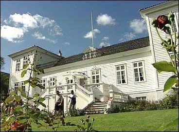 Joachim de Knagenhjelm fekk bli amtann for det nyskipa Nordre Bergenhus Amt, og flytte heim til Kaupanger-godset. (Foto: Ragnvald Søgnesand, NRK)