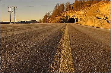 Nyevegen fordi Eikefjord på riksveg 5 vart bygd av Statens Vegvesen, og opna i desember 2002. (Foto: Ragnvald Søgnesand, NRK