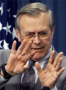 USAs forsvarsminister Donald Rumsfeld ber om tysk hjelp til å vakte amerikanske basar i Tyskland. (Foto: William Philpott, Reuters)
