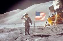 Astronaut David R. Scott gjør honnør på Månen etter å ha blitt brakt dit av Apollo 15 i 1971. Foto: NASA.