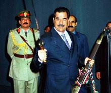 Saddam Hussein fikk et sverd i presang før han ble sverget inn som president i sju nye år tidligere denne høsten. (Foto: Getty Images)