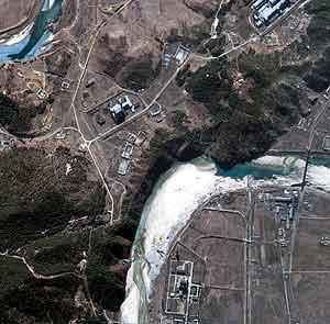 Flyfoto av det nordkoreanske atomanlegget som nylig ble gjenåpnet, og som utløste den nye krisen med USA. (Reuters/QuickBird)