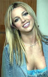 Britney Spears vil ikke tenke tilbake på 2002 som et spesielt hyggelig år. Hun har solgt færre plater, kjæresten har gått fra henne, restauranten hennes har gått konk, hun fikk sparken av Pepsi og jomfru-imaget har slått sprekker. Foto: Scanpix.