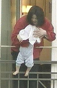 Michael Jackson passet på å skaffe seg masse oppmerksomhet ved å holde sin lille baby ut fra en balkong 19. november 2002. Foto: AP / SCANPIX.