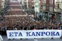 """22.desember i år demonstrerte mange tusen mennesker i Bilbao under slagordet """"ETA - kom dere ut"""" (REUTERS/Vincent West )"""