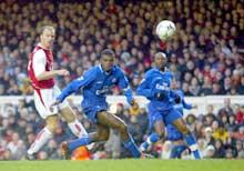 Dennis Bergkamp scorer kampens første mål. (Foto: Mike Hewitt/Getty Images)