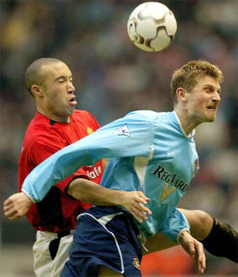 Silvestre og Flo i duell på Old Trafford. (Foto: Reuters/Ian Hodgson)