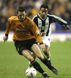 Lee Naylor fra Wolverhampton i føringen på Andy O Brien, Newcastle. Foto: (Mark Thompson/Getty Images)