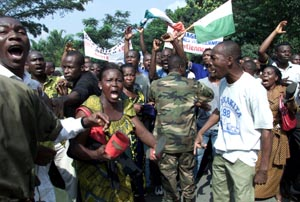 Tilhengere av president Gbagbo demonstrerte fredag mot fransk innblanding i konflikten i Elfenbenskysten. (Foto: L. Gnago, Reuters)