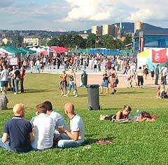 Publikum koste seg på Øyafestivalen i 2002. Foto: Rune Johansen, NRK.