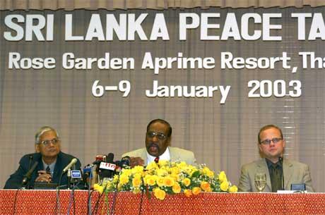 Frå forhandlingane om Sri Lanka i Thailand i januar i år. Vidar Helgesen til høgre.(Scanpix-foto)