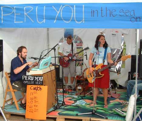 Peru You på sin provisoriske scene på Øya-festivalen 2002. Her fikk man kjøpe vafler + CD. Dessuten underholdt Peru You mellom salgs- og matbodene fem ganger daglig. Foto: Rune Johansen, NRK