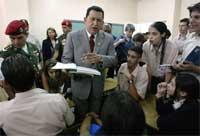 """Under et besøk på en skole i Caracas lovet Chavez å stå imot den """"økonomiske krigen"""" for å styrte ham. (REUTERS/Kimberly White )"""