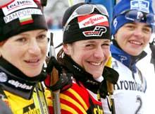 HJEMMESEIER: Uschi Disl (midten) kunne smile etter å ha slått Dafovska (t.v.) og Silvie Becaert på fellesstarten i dag (Foto: Fabrizio Bensch/Reuters).