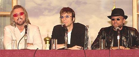 Bee Gees (f.v.) Barry Gibb, Robin Gibb og avdøde Maurice Gibb snakker med pressen. Foto: Spencer Platt / Newsmakers.