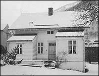 Frå 1919 til 1935 heldt politikammeret til i dette huset i Vik. (Foto © Sogn politikammer)