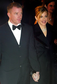 Madonna og Guy Ritchie ankommer London-premieren til James Bond - Die Another Day. Foto: Getty Images.