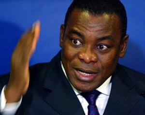 Elfenbenskystens statsminister Pascal NGuessan leder regjeringsdelegasjonen i Paris. (Foto: J. Schults, Reuters)