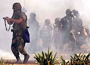 Soldater kaster tåregass mot demonstranter i Caracas. Foto: Chico Sanchez, Reuters