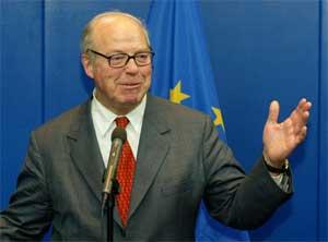 Hans Blix på torsdagens pressekonferanse (Foto: Scanpix/Reuters/Francois Lenoir)