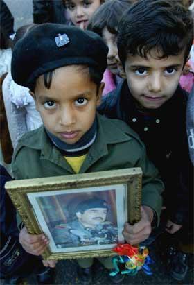 To irakiske guttunger markerer 12-årsdagen for utbruddet av Golfkrigen i dag. Nå truer en ny krig. (Foto:Reuters/Scanpix)