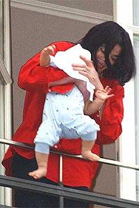 Michael Jackson fikk mye pepper i media etter at han holdt barnet sitt ut over balkong-gelenderet på et hotell i Tyskland. Fredag kveld gir NRK1 deg innsikt i superstjernens liv. Foto: Olaf Selchow / Getty Images.