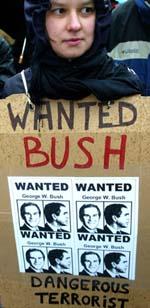 George W. Bush' krigsretorikk møter økende motstand. Her fra en demonstrasjon i Brussel. (Arkivfoto: Reuters/Scanpix)