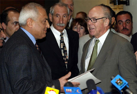Hans Blix (t.h.) sammen med Iraks utenriksminister Amin al-Saadi i Bagdad mandag. (Foto: Faleh Kheiber, Reuters)