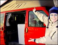 Jan Erik viser vei inn i den nye bilen sin