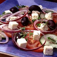 Er det slik grekerne tilbereder sin salat? (Foto: Tine)