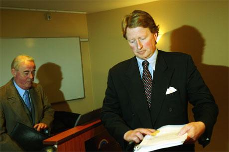 Styreleiar Rolf Johan Ringdal presenterte Bahr sitt syn på Tønne-saka. Til venstre høgsterettsadvokat Ole Lund. (Foto: Terje Bendiksby, Scanpix)