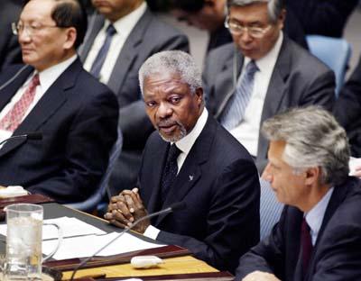 Generalsekretær Kofi Annan flankert av Kinas utenriksminister Tang Jiaxuan (t.v.) og Frankrikes Dominique de Villepin i FN mandag. (Foto: M.Segar, Retuers)
